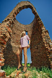 Frau gegen verlassene Ruinen Stockbild