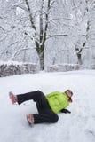 Frau geglitten auf einem Schnee und einem Eis Stockbild