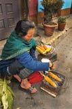 Frau gegrillte Körner, Indien Stockbild