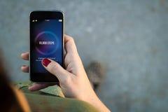 Frau gehende Smartphonet?tigkeits-Verfolgerschnittstelle lizenzfreie stockfotos