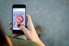 Frau gehender Smartphoneschnittstellen-Anzeigenblocker Stockfotografie