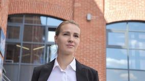 Frau gehendes Ouside-Büro stock video
