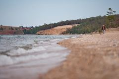 Frau geht auf ruhigen Strand Lizenzfreies Stockbild