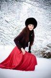 Frau geht auf Schnee Stockfoto