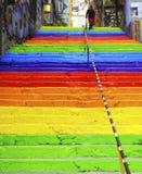 Frau geht in die Regenbogen-farbige Treppe Stockbild