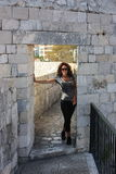 Frau geht Dubrovniks Wände Stockfoto