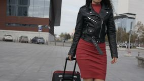 Frau geht mit rotem Koffer stock video footage