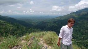 Frau geht oben die Mini-Adams-Spitze bei Sri Lanka stock footage
