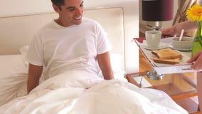 Frau geht in Schlafzimmer und stock video footage