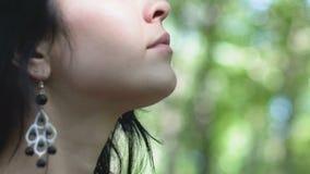 Frau geht in Wald hört auf Töne von Vögeln, Einheit mit Natur, schaut oben stock footage