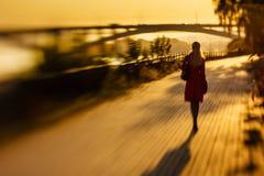 Frau geht zu einem Abstand auf der Straße Stockfoto