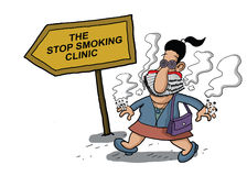 Frau geht zu einer rauchenden Klinik Lizenzfreies Stockbild