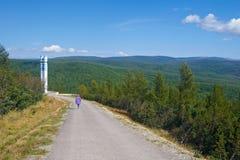 Frau geht zur Aussichtsplattform auf Grenze von Yakutia- und Amur-Region Stockfotografie