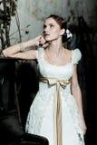 Frau gekleidet als Braut lizenzfreie stockfotos