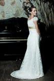 Frau gekleidet als Braut Stockfoto