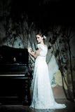 Frau gekleidet als Braut stockbilder