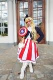 Frau gekleidet als Kapitän Amerika lizenzfreie stockfotos