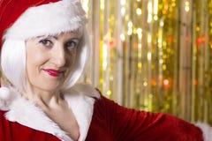 Frau gekleidet als Weihnachtsmann Stockfotografie