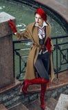 Frau gekleidet in einer französischen Art Stockfotos