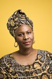 Frau gekleidet im afrikanischen Kostüm. lizenzfreie stockbilder