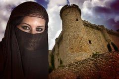 Frau gekleidet im arabischen Kostüm Stockbilder