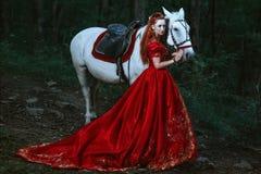 Frau gekleidet im mittelalterlichen Kleid stockfoto