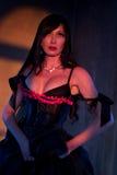 Frau gekleidet oben im schwarzen Korsett Lizenzfreies Stockfoto