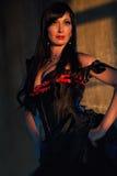 Frau gekleidet oben im schwarzen Korsett Lizenzfreies Stockbild