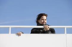 Frau am Geländer Stockbild