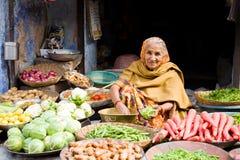 Frau, Gemüsemarkt, Indien stockfoto