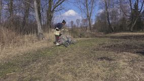 Frau genießen Frühling im Park stock video footage
