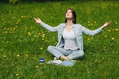 Frau genießen Natur Lizenzfreies Stockfoto