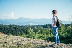 Frau genießen Panoramablick von der Spitze des Berges Stockfoto