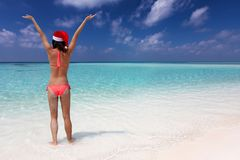 Frau genießt den tropischen Ozean während ihrer Winter Weihnachtsfeiertagsferien stockfoto