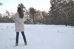 Frau genießt die Beschaffenheit des Winterwaldes stockfoto