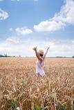 Frau genießt die Unermesslichkeitskette mit reifem Weizen stockfotos