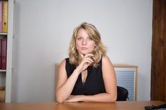 Frau am Geschäftsplatzlächeln lizenzfreie stockfotografie