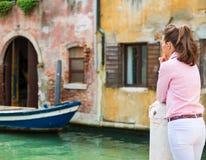Frau gesehen von hinten heraus schauen auf Kanal in Venedig Lizenzfreie Stockfotografie
