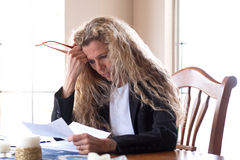 Frau gesorgt um Rechnungen Stockbild