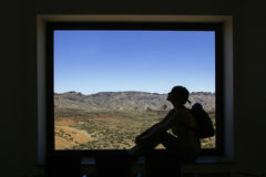 Frau gestaltet durch ein Fenster und die felsigen Berge Teide stockfotos