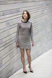 Frau an gestreiftem Kleid hörend sorgfältig kommender Ton lizenzfreies stockfoto