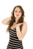 Frau in gestreiftem Kleiderstand-Schlagkuß Stockfotografie