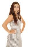 Frau in gestreiften Kleiderhänden auf den Hüften ernst stockfoto