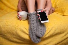 Frau in gestrickten Socken auf dem entspannenden Sofa Lizenzfreie Stockbilder
