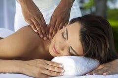 Frau am Gesundheits-Badekurort, der entspannende Massage hat Stockbilder