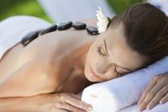 Frau am Gesundheits-Badekurort, der heiße Steinmassage hat Lizenzfreies Stockbild