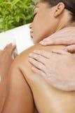 Frau am Gesundheits-Badekurort, der Massage-Behandlung hat Stockfoto