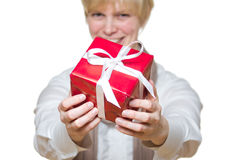Frau gibt Geschenk Lizenzfreie Stockbilder