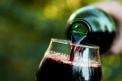 Frau gießt Wein Stockfoto