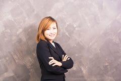 Frau glücklich auf Hintergrund lizenzfreies stockfoto